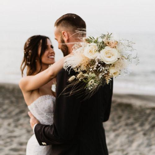 foto matrimonio bouquet in spiaggia